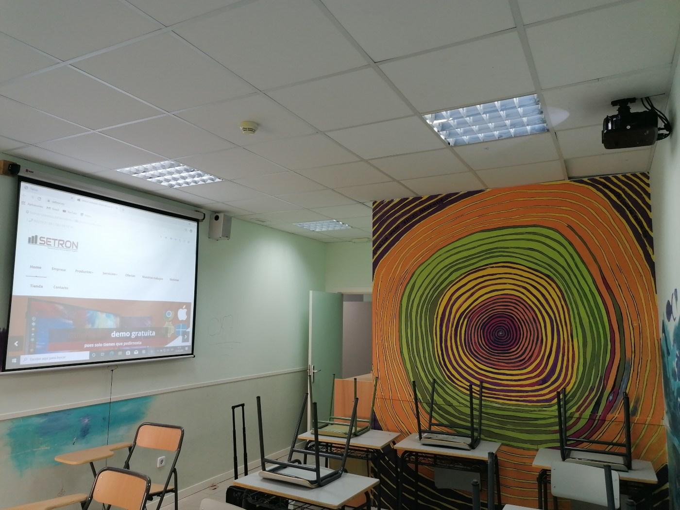 instalacion de videoproyector con altavoces y pantalla
