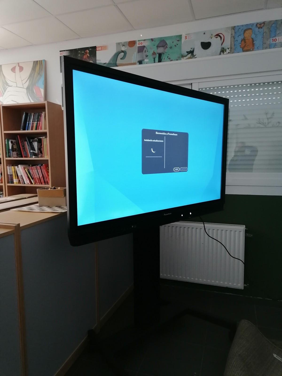 Monitor Nickel con soporte ruedas AP-FSM
